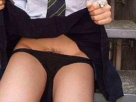 【たくし上げ】自らスカートをたくし上げてパンツを見せてくれる女の子