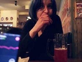【個人撮影】お酒飲みながら遠隔操作できるローターで彼女の反応を撮影している素人カップル投稿映像がエロい