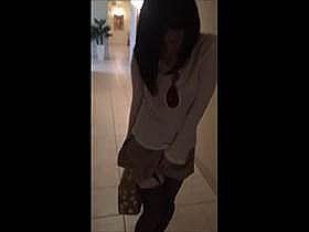 【個人撮影】エロい事してるなw公共の場で彼女のアソコにローター付けて歩かせてるカップル映像が地味にエロい