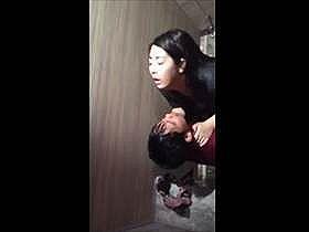 【個人撮影】クラブのトイレか?真面目そうな娘がナンパされて即セックスしてる様子を上から盗撮した流出映像