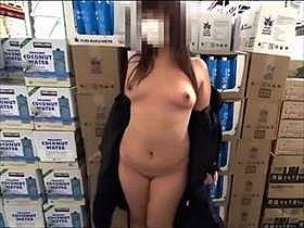 【個人撮影】スーパーでの露出撮影から外でのおしっこ場面まで撮影して投稿されている素人カップルの記録映像