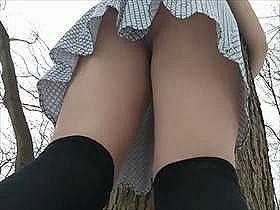 【個人撮影】ミニスカにニーハイの素人娘が野外でモゾモゾしながら我慢してたおしっこお漏らしする様子