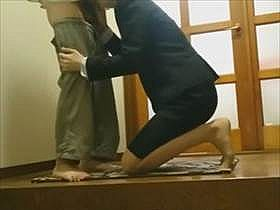【個人撮影】リアルな盗撮映像がこちら!スーツ姿の女性と玄関で待つ男が互いの性器を舐めあう情事がエロい