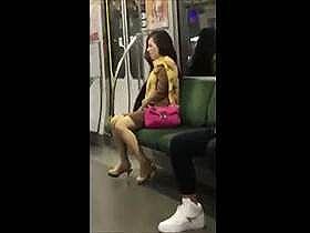 【個人撮影】乗車客が盗撮したレア映像がこちら!近くに調教主が?座席で痙攣しながら喘いでる女性の姿がヤバい