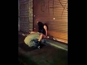【個人撮影】泥酔して座り込む娘のアソコに顔をうずめてクンニするホームレスの姿を一般人が盗撮した流出映像