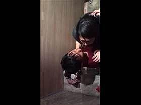 【個人撮影】真面目そうな娘だが‥クラブのトイレでセックスしてるカップルを上から盗撮した映像が流出