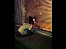 【個人撮影】若者が盗撮してネットへ!酒に酔って座り込む娘のアソコに顔を埋めクンニするホームレスの映像