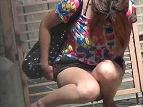 【無修正野ション盗撮動画】ちょうどいい壁は他人の自宅前…道端に座り込んでオシッコするムチムチ女子を隠し撮りww