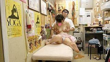 【素人】鍼灸院でエロい施術されて泣き顔でビクビク感じながらデカい声で喘いじゃう人妻の姿が必見すぎる件