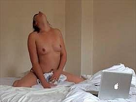 【素人盗撮】パソコンでエロ動画見ながら枕を使って擦り付けオナニーでガチ逝きする彼女を彼氏が隠しカメラ撮影