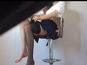 【素人盗撮】綺麗な足だな‥嫁大好き過ぎて嫁が黒いストッキング履いてるのをこっそり撮影して投稿する旦那