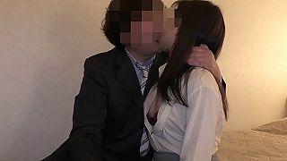 【無修正 素人】 24歳で入社したばかりの新人保険外交員の女性に契約を盾に中出しセクロスww
