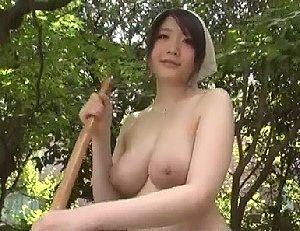 【無修正 爆乳】 爆発しそうな爆乳お姉さんが丸裸で庭とチ〇コの手入れをしてくれる。