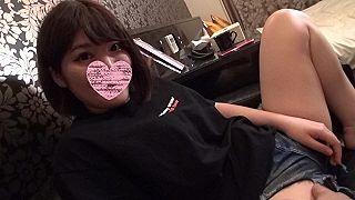 【エロ動画 素人】 スマホに夢中な女の子は柔らかいオッパイと綺麗なパイパンマ〇コでした