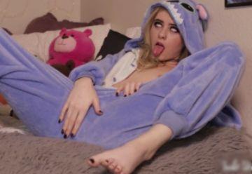 【無修正 素人】 着ぐるみパジャマの変顔パイパン美少女のオナニーがエロすぎたwww