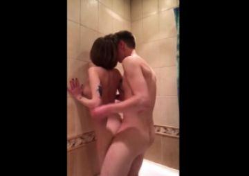 【無修正 素人】 シャワールームで激しくバックから突かれるカノジョの映像