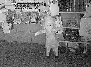 【超恐怖】おもちゃ屋の店主「監視カメラに幽霊が映ってた。これ見てくれ…」