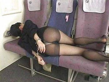 【閲覧注意】神スタイルの美人CA(客室乗務員)さん、11人に輪〇され死亡(画像あり)