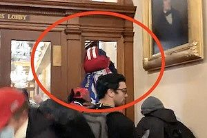 【衝撃映像】アメリカもう無茶苦茶。議事堂に乱入していた女性が射殺される。