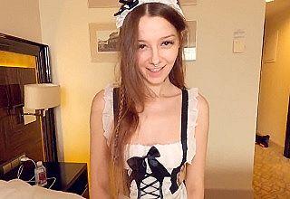 【無修正 素人】 18歳メイドコスの似合う白人美少女がデカ尻突き出して生ピストンに悶えるハメ撮り