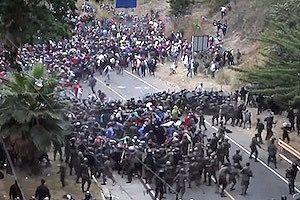 治安部隊の壁vs難民キャラバン。ホンジュラスから陸路4300キロのアメリカを目指す難民たち。