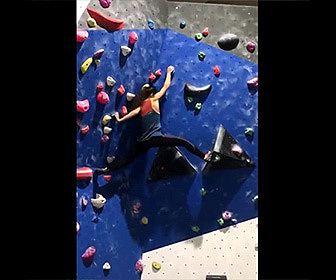 【閲覧注意動画】ボルダリングする女性が落下してしまい腕が…