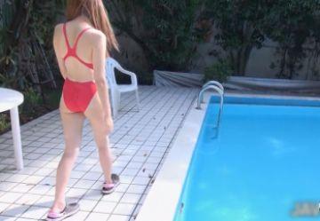 【無修正 高画質】 巨乳で美人の水泳インストラクターが生徒のデカチンおやじたちにハメられる