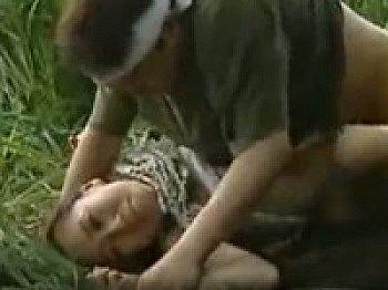 【ヘンリー塚本】田舎のバス停で待つ熟女が茂みに押し倒され青姦レ〇プ!