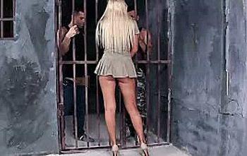 海外の刑務所で女性警備員が男性囚人とセ○クスしてる映像が流出し大炎上