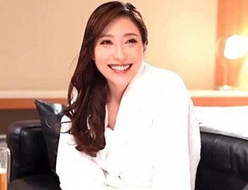 白木優子 「緊張しないで…」憧れの熟女上司と出張先で相部屋になった部下が興奮して不倫SEX!