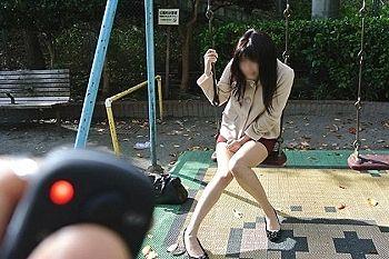 """【動画】女YouTuber2人「街中で """"飛びっ子"""" 対決したらエロい事になった」"""