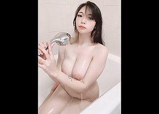 【無修正】最高峰の神乳を持つ素人娘がバスルームで全裸オナニーしてる様子をネットうpww