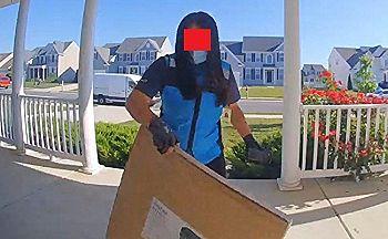 【衝撃】アマゾン宅配の女がヤバイ事してる玄関の監視カメラ。マジかよコイツ