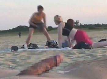【動画】ヌーディストビーチで大量射精した時の周りの女達の反応ワロタwwwww
