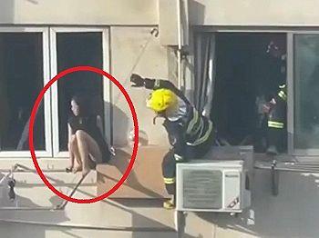 【衝撃映像】飛び降り自殺しようとしてる少女、レスキュー隊員にとんでもない事されてしまう