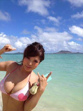ポロリしそうな爆乳素人娘の水着姿の胸チラが抜けるエロ画像26枚