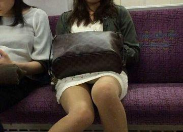 電車内素人さんの対面パンチラの勃起不可避エロ画像27枚