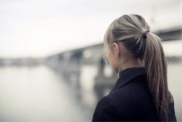【画像】ノーパン姿でマンションロビーにいる女の子w