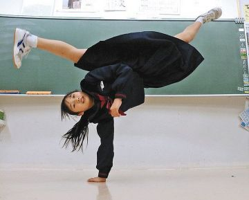 【画像】JCさん、教室で制服のまま必殺の逆立ち回転蹴りを披露