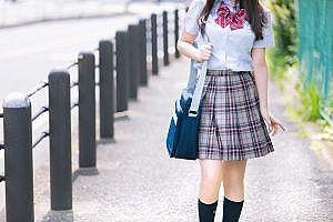 【画像】スカート短すぎてお尻の始まりが見えてる女子高生wwwwwww