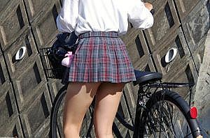【画像】JKさん、スカートが短すぎてスケベすぎる・・・