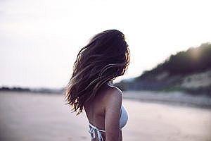 【画像】お●ぱいデカすぎ女さん、海岸に現れる