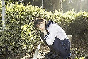 【画像】女子高生さん、パンツ1枚で山道を歩いてしまうww