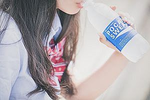 【画像】女子高生さん、自販機でジュース取る瞬間パンツ丸見えになってしまうww