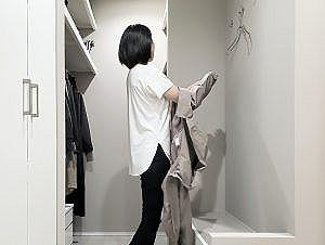 【画像】姉(30)がパンツ丸出しで家の中を歩いてる