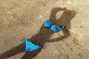 【GIF】Gカップの幼稚園教諭が海でお●ぱいボインボインwwww