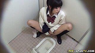無修正、素人。トイレ盗撮。おしっこのついでにオナニーもしちゃう女子校生