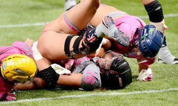 【画像】女子フットボール選手、試合中に「合体」してしまうwwwwww