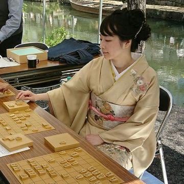 【画像】某有名女流棋士さん、ついに脱いでしまうwwww
