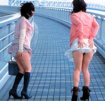 【画像】めくれるスカート破れる下着。暴風吹き荒れるwwww